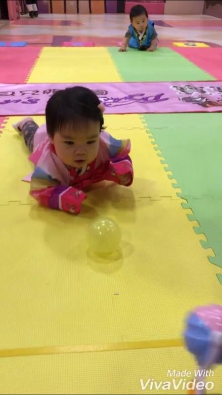 寶寶爬行比賽真的好可愛,定格在原地也很好笑,前面大概長達一分多鐘都不動🤣 還好後面很給面子還是有爬到終點,算是有參與到了👏 #萌娃 #穿韓服真可愛