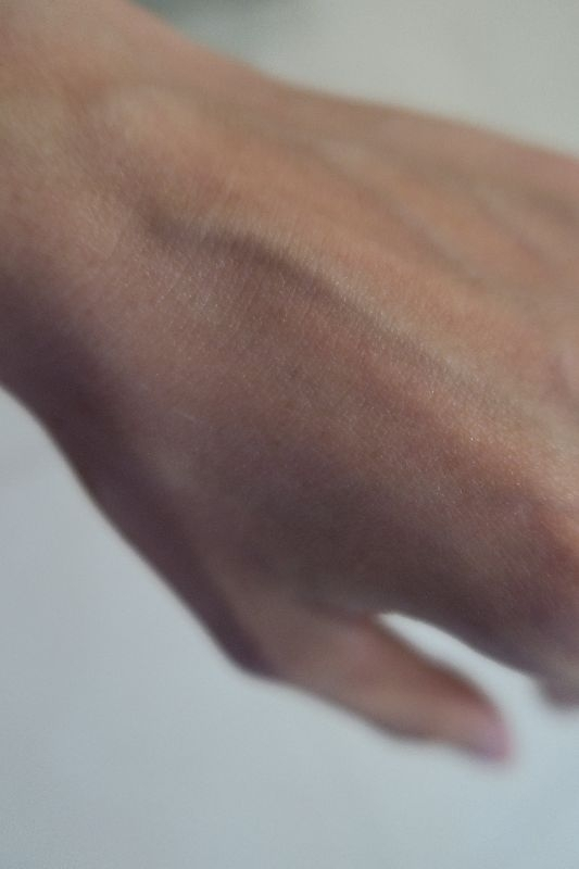 這次很開心能夠又體驗到理膚寶水的產品,LA ROCHE-POSAY理膚寶水的歷史久遠,並長期致力於研究符合人體肌膚不同類型的各種保養品;而且更令人放心的是理膚寶水聯同全球超過25,000名皮膚科醫生,研究各種皮膚問題包括皮膚及頭皮護理以致化妝及外觀修飾,並以La Roche-Posay溫泉水作主要成份,研發出一系列劃時代的專業醫學美容護膚品,為用者提高生活質素。 本次所體驗的是理膚寶水嬰幼兒系列的產品-理必佳滋養霜及B5全面修復霜。得到的試用包共有3包,1包理必佳滋養霜及2包B5全面修復霜。 這次的滋養霜試用包為7ml,其實並不小包,可以用很多次。先來看看理必佳滋養霜的使用特性:適合極度乾燥的嬰兒、小孩及成人皮膚,也適合因敏感、乾燥及受刺激而引起痕癢的皮膚及同時適合患有異位性皮炎(濕疹)及敏感性皮膚。且該滋養霜集結多種活性成份,包括 維他命B3、 乳木果油(20%),配方精純簡約,安全有效,不含香料及防腐劑,使用上真的很令人放心。 我們來看看滋養霜的使用效果,因為工作性質,手部時常帶手套,穿脫同時常常摩擦皮膚,導致手部肌膚非常乾燥,可以看到明顯的菱格狀紋路,更冷的時候還會出現白色的乾屑呢! 這是我乾燥的手部肌膚,塗了一些理必佳滋養霜在肌膚上:滋養霜是白色的,聞起來沒甚麼味道,還不錯。將滋養霜輕輕推開後,迅速被肌膚吸收,不用幾秒鐘就全部吸收到手部肌膚內,不油膩也不黏膩,算是很清爽舒服的乳液呢!本來還以為號稱滋養霜,可能會較濃稠些,但是並沒有,一樣是很迅速的吸收,非常清爽且舒適。使用起來可以看到明顯的效果,同樣的手背肌膚,右半邊擦過滋養霜看起來就水嫩柔膚,左半邊一樣乾燥,非常明顯的比較呢! 我家寶寶的腳跟因為趴睡,常常在床上磨蹭,造成乾燥,也常會引起皮膚癢,於是我每天洗完澡後塗了一些滋養霜在他的腳跟,想要舒緩他的不適感:幾天後發現滋養霜真的能降低寶寶腳跟的乾澀,還給寶寶一個健康完整的好皮膚! 再來看看試用B5全面修復霜的結果吧!總共2包,1包2ml裝,有效期限到2020年3月,算很久喔!打開後可以看到一些奇奇怪怪的皮膚病跟試用包:試用包為正方形包裝,就沒有中文標示了,全英文跟法文,因為理膚寶水是來自法國的品牌!但是別擔心,因為指本包裝後面就有寫上用途了,基本上就是取適量擦在臉部或身體不適的皮膚上。 剛好寶寶貝熱情的蚊子給親吻了好幾下,讓我們看看擦起來的效果吧! 手臂上...還有腿上...最可憐的是臉上...額頭上被蚊子親吻,臉頰又自己狠狠抓了幾下,對自己毫不手軟啊!隔天再查看傷口,發現竟然痊癒了!真的很神奇!而且擦抹的同時,寶寶也不會抵抗,因為配方可能較溫和,能同時舒緩皮膚的不適及修復傷口,同時小孩敏感的肌膚也能達到保濕的效果,讓寶寶的皮膚能在健康的環境下進行調養,真的能保護脆弱的幼兒肌膚呢! 再來就是小孩子頭上常常出現的這種抓痕,因為指甲太長,或是只要有點不舒服,他們就會狠狠的抓下去,然後破皮流血,再來結疤,結疤更養,又再抓下去,又破皮流血,又結疤..一整個無止盡的循環,很困擾父母。於是我嘗試著用全面修護霜塗抹在寶寶的額頭上,用一點點而已,輕輕的抹開,質地很舒服,很好推開,也是沒有味道的產品喔!幾秒後非常迅速的被肌膚吸收了。等到全面吸收後,一天擦兩次,大約三天已經看不到疤痕了! 夏天來臨,時常長痱子的肌膚就會有強烈的不適感,經常起小紅疹,抓了又更養,真的很不舒服!塗抹了全面修復霜後,效果真的有很明顯的改善!額頭上紅疹的肌膚擦拭後,也有獲得改善的效果!而且塗抹的這幾天,小孩真的也不會再去抓傷口,減少許多二次傷害的機會,更可以迅速達到修護的效果。 全面修護霜具有三重修復功效: 一、修復:[ 積雪草萃取物 ]+[ 銅、鋅、錳] 二、舒緩- 舒緩皮膚敏感症狀及迅速抗刺激降紅[5% PANTHENOL 維他命B5 ] 三、抗菌保護[柔軟潤澤質感] + [抗菌成份] 當修護霜抹在皮膚上時,因為具有快速滲透質地,感覺舒適,不油膩不黏皮膚,真的很清爽無負擔!而且因為成分中不含防腐劑、Paraben、香料、羊毛脂,不留白印,很適合敏感性肌膚的人使用。理膚寶水真的很用心的研發嬰幼兒系列的產品,讓父母能夠安心的選購和使用,也因為嬰幼兒肌膚的發展尚未成熟,品牌更需要嚴格挑選成分、包裝及產品的安全及有效性要比一般市售產品更加嚴謹許多,這也是理膚寶水至今仍屹立不搖的原因。 寫了這麼多,是否對於產品很心動呢?告訴大家,一定要來體驗看看理必佳姿養霜及全面修復霜的神奇功效唷!產品介紹及購買資訊如下: https://www.lrp.com.tw/Product/List/Index/BABY?MenuType=ProductSeries 衷心期盼大家能夠真的挑選對自己寶寶肌膚有幫助及安全的產品唷! #敏弱兒肌膚照護、#敏弱肌BB