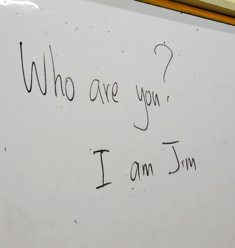 """【列隊排排站❗❗會話練習好好玩🤣😃】 🗣""""Who are you ❓"""" 🗣""""I am ___."""" 為了讓學生實際了解🔥用英文對話🔥的過程。 Teacher Jim讓130班的孩子兩兩一組,排成兩排。 以豐富的肢體動作💪💪作引導,讓孩子們🔥反覆練習🔥。 就算對話延伸到四句,也能夠充分熟記,自然而然表達出來❗❗"""