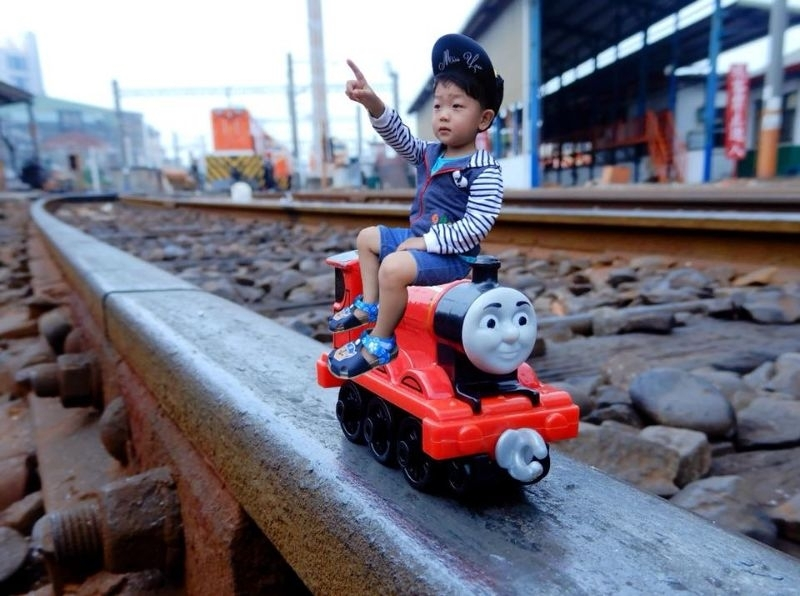迪迪早上起床就開始找姐姐 但姐姐不在家跟阿嬤回阿祖家啦 💁問:迪迪你今天想去那裡玩呢? 👦🏻說:我想去👀火車🚂 滿足迪迪的小小願望,👩👦旅行趣 帶著湯瑪士火車出發去扇形車庫🚉玩 這裡有好多的火車頭🚇和車廂🚋 旁邊不時還有火車會經過,火車迷的最愛 迪迪可以在這裡看半天也不會膩😍 #扇形車站火車頭旅館➡️ http://emily7593.pixnet.net/blog/post/338634215 #彰化景點 #扇形車站 #火車頭的家🏠