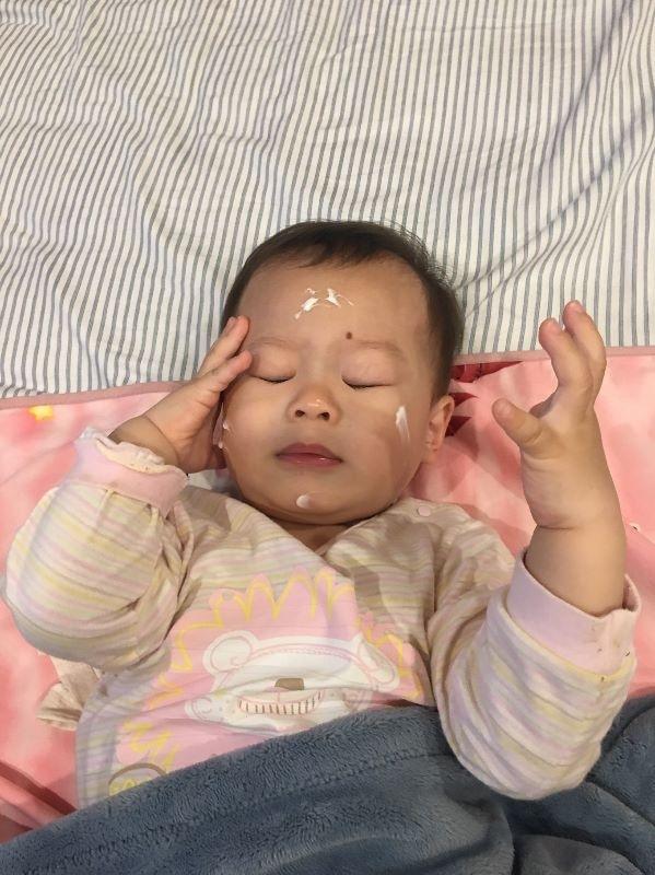 """文章同步發表於個人部落格~~【體驗心得】理膚寶水嬰幼兒系列—媽媽包裡最搶手的必備萬靈丹,不敗~對不起寶寶啦! 網址: https://blog.xuite.net/jnchi2001/blog/577545512 -------------------------------------------------------------------------------------------------------------- 承上一篇貼文提到,由於字數限制,因而將理必佳滋養霜之體驗心得,單獨發一貼文~ 接下來,試用理必佳滋養霜,一樣是白色乳霜狀,由於理膚寶水全系列不含酒精、色素、皂鹼、Paraben類防腐劑、Phtalates塑化劑,因此塗抹時都聞不到一丁點味道,而且跟一般市面上其他各牌的乳霜,有些是水狀或糊狀,有著很大的不同,不僅很好推勻,手也不黏膩,更不易滴的到處都是,推勻的同時,觸感非常滑順清爽,還能順便幫小寶貝按摩一下,逗他開心舒服,增進親子之間的親密關係,這是屬於母子之間獨有的幸福時刻呢~ 擠出的量不用太多,即可塗勻整隻腳部,用量真的很省~而且塗抹滋養霜後的皮膚,較有保水感,像是在肌膚上裹了一層蠟一般,如同形成一道天然的保護屏障~ 手部、背部也是塗抹的重點部位喔!千萬別漏掉~尤其背部很容易因為悶熱或太乾燥,而引起一小片紅紅的區域,因此選用長效保濕乳霜,可有效舒緩皮膚癢,滋潤乾燥肌~ 寶貝可愛的臉龐也要細心呵護喔!理必佳滋養霜屬於高效滋潤款,對於異位性皮膚炎、極乾性膚質的嬰幼兒都適用,所以就算沒有這些情況,也可以使用在一般膚質的寶寶身上,因為其清爽的乳霜質地,不只吸收迅速,更可加強滋潤寶貝細嫩的皮膚,讓乳霜內的好菌被皮膚吸收,而壞菌慢慢變少,就算是在易流汗的夏天,使用上也不會黏乎乎不透氣,看寶貝這麼陶醉,就能感受到他的舒服,這真的是一款一年四季都可使用的乳霜喔!大家都要勤奮幫小寶貝塗抹乳液,保護他們嬌嫩脆弱的皮膚,減少異位性皮膚炎的發生~ 這次經由大人及小孩親身試用理膚寶水二款產品之後,發現優點真的很多,完全符合我的所有需求,果真是全家老小,一瓶搞定,再也不必瓶瓶罐罐好多瓶啦~ 自從當了媽媽之後,對於關係到寶貝的相關文章都會特別注意,尤其在皮膚方面,寶寶的角質層比成人薄30%,皮膚發展也尚未成熟,當然就更為敏感脆弱,因此攸關到直接接觸寶貝身體各部位的產品,我一定會特別慎選,不會像買大人產品那般,只從特價商品找起,因為寶寶身體不舒服,但寶寶不會說,最終受影響的當然還是家長啊! 對於小寶貝非常呵護的我,當然會選用單純+安全+有效的產品,來保護心愛的baby。通常只要是醫師講的話,身為爸媽的我們都會奉為聖旨,加上此品牌又是皮膚科醫師推薦的敏感性皮膚首選品牌,這還能不心動嗎?不敗,真的對不起寶寶啦! 透過這次試用後,我給理膚寶水一個大大的""""讚"""",因為我~~即將變成忠實顧客啦! 功能性★★★★★ 舒適度★★★★★ 吸收力★★★★★ 滿意度★★★★★ 價 格★★★ 以上純屬本人自身體驗產品之心得,未受酬也非廣告文,真心推薦此款好物,給所有家中有小Baby的爸比媽咪,文章僅供大家參考喔! 產品成分及功效說明之內容,引用官網、DM及衛教資訊內所載,不等於宣稱具有任何療效,產品使用狀況也因人而異~ #敏弱兒肌膚照護、#敏弱肌 BB"""