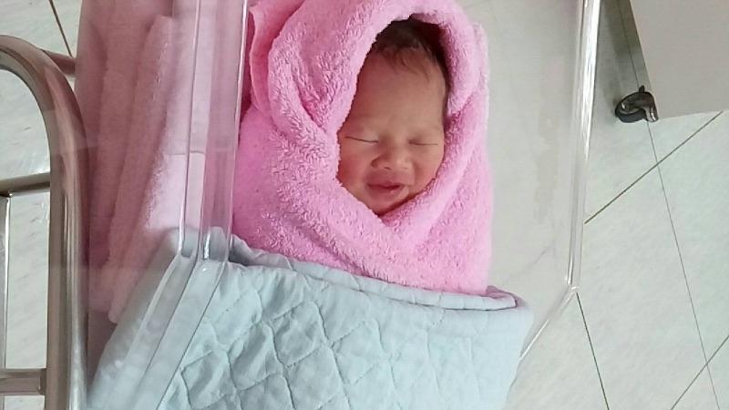 半夜突然破水衝到醫院,經過漫長16小時陣痛和生產,終於和寶寶見面了,寶寶躺在我胸口那時刻真的好感動~~~ 雖然傷口很痛但真的很值得,生命太偉大了! #新生兒報到