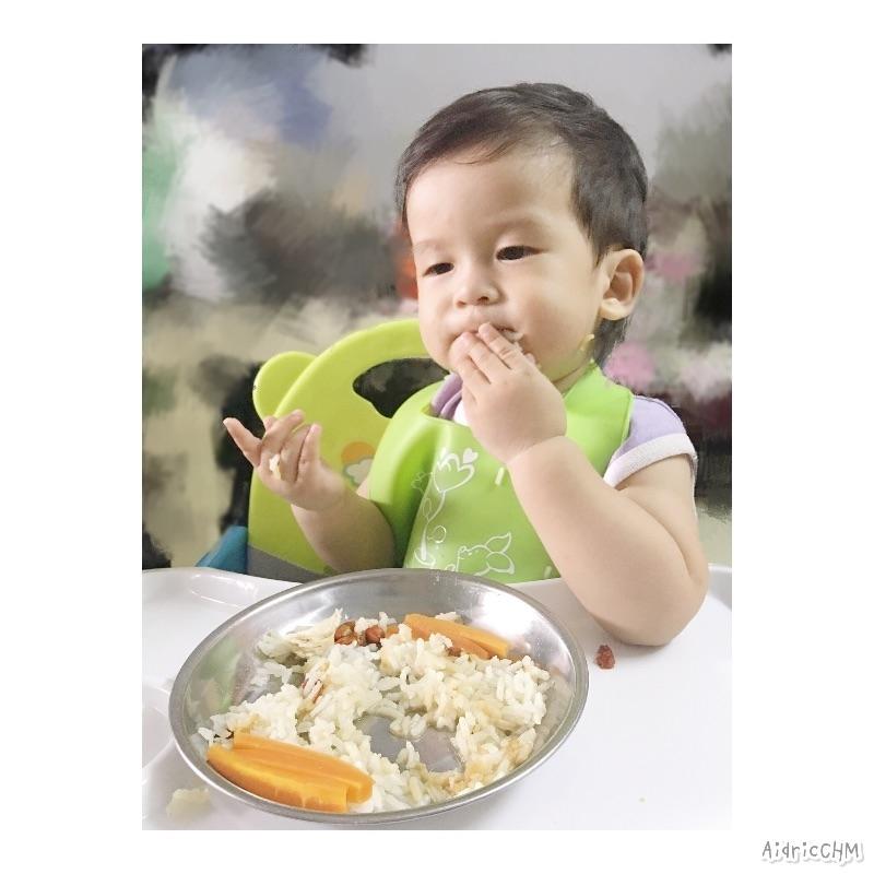 話說每餐只要先看到飯 其他食物都是透明的🤦🏻♀️ 名副其實飯桶一個🙈 害我每次要把飯先藏起來 吃完其他東西再看到飯眼睛還是發亮🤣 自從回來大馬後 湯取代飯了! 今日午餐: 雞飯+蒸蘿蔔+ABC湯 #AidricCHM #副食品 #寶寶 #blw #babyledweaning #育兒 #育兒日記 #育兒生活 #我的媽媽力 #教育