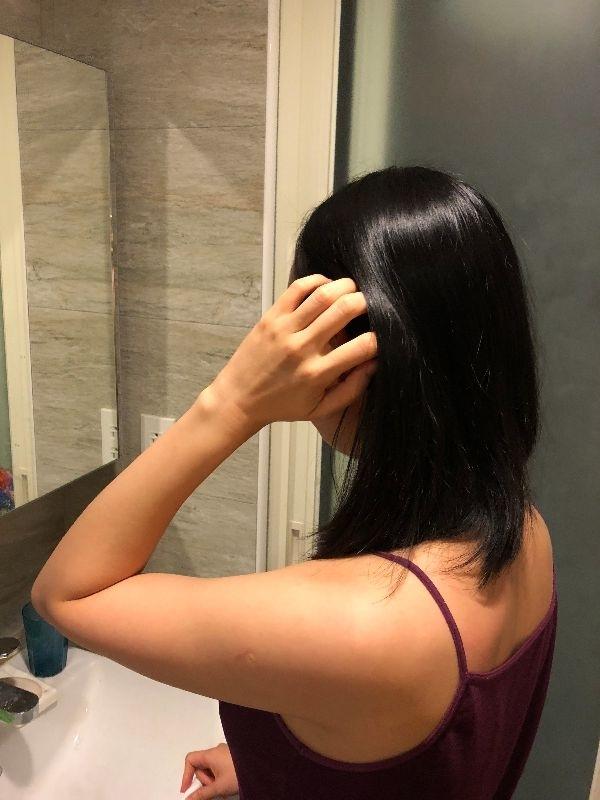 今天下午老公幫忙帶孩子,讓我偷得浮生半日閒,所以撈出了之前偶然間得到的洗護髮適用品來玩玩!好奇上網Google了一下這個1314,原來是台灣的牌子!(啊~原來台灣不是只有花王和566) 當媽前習慣是過幾個月就要上理髮廳,洗髮、按摩、護髮一下,當媽後不要說上理髮廳了,在家跟小孩洗澡都是匆匆忙忙,連洗髮精都懶得選,直接跟老公用同一罐。 這個洗護髮系列,打破了我對台灣洗護髮產品的刻板印象,洗完頭髮整個變滑順,而且護髮乳中不知道有什麼成分,洗完了感覺頭皮涼涼的,在這個炎熱的夏天讓人覺得超級舒爽。 吹完頭髮立馬老公面前撥頭髮XD 老公聞了頭髮說很香、很好聞,終於又有女人味了!(阿哩!那之前頭髮是什麼味!) 當媽後真的容易把小孩和老公擺在自己前面,但是真的別忘了偶爾還是要對自己好一點!其實只要簡單的偷個閒,把自己好好梳理一番,拋棄老公那個沒有女人味的洗髮精,就可以讓自己整個有煥然一新的感覺唷! #我的媽媽力 #愛自己