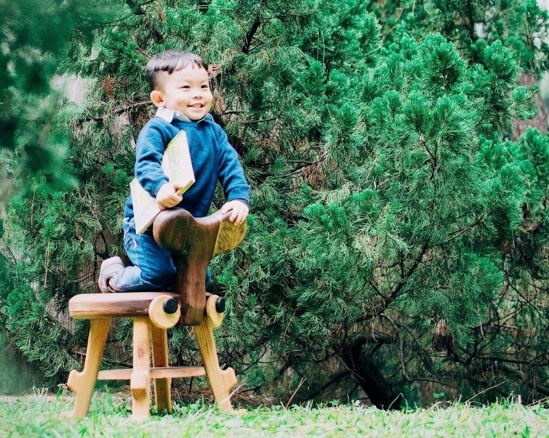 【獨角仙兒童椅】給孩子的禮物,也是孩子成長的好夥伴 角仙小凳是連結自然和生活兒童家具,也是宜蘭椅設計大賞獲獎兒童椅,用心思考設計充滿愛的兒童椅。 一般兒童坐椅因為小朋友成長的快,所以往往一兩年就不合坐,獨角仙小凳解決這樣的問題,在椅腳的仿生設計部分讓1-2歲的小朋友的腳有地方採,不只能騎也能坐的兩用設計,一方面可以像木馬般的騎乘,也能當作兒童坐椅,設計師真的用心貼心的為小孩子設想。 使用天然進口原木,手工研磨製作,沒有一個銳角,用心替小朋友設想,讓媽媽不必再擔心會受傷。 適合2~7歲兒童 💟為什麼獨角仙兒童椅是妳和孩子的最佳選擇? 🌱台灣在地製造 🇹🇼 🌱使用德國全天然OSMO護木油,而不是用化學漆 🌱不含一根螺絲釘,純木榫結構 🌱第一張可以陪小朋友長大的兒童椅 孩子成長的好夥伴,角仙小凳~~ 希望了解更多>>>https://goo.gl/7szasE or 私訊詢問也可以唷!! │FB :www.facebook.com/SchneckeFurniture │ #schnecKE盛凱家具 #兒童家具首選 #買好用久 #一張可以陪伴孩子成長的成長椅 #給孩子的禮物 #新手媽媽 #萌娃 #育兒 #親子旅遊 #我的媽媽力 #新生兒報到